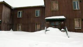 Construção residencial em que povos usados para viver em Pyramiden Spitsbergen video estoque