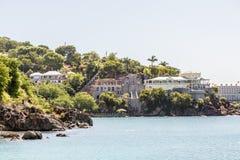 Construção residencial em Rocky Tropical Coast Fotografia de Stock Royalty Free