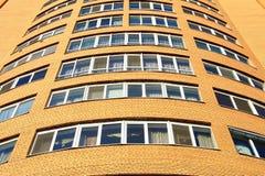 Construção residencial moderna da fachada, torre no fundo do céu azul, cidade Dnipro de Dnepr, Dnepropetrovsk, Dnieper, Dnepropet Foto de Stock Royalty Free