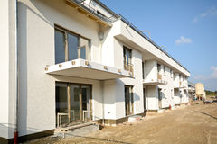 Construção residencial nova com fachada e balcões - obras perto da conclusão Fotos de Stock Royalty Free