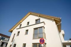 Construção residencial nova com fachada - obras perto da conclusão imagens de stock royalty free