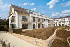 Construção residencial nova com facilidades exteriores - obras perto da conclusão imagem de stock royalty free