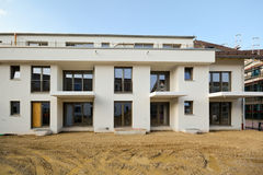 Construção residencial nova com facilidades exteriores - obras perto da conclusão imagens de stock