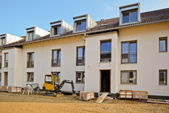 Construção residencial nova com facilidades exteriores - obras perto da conclusão fotografia de stock
