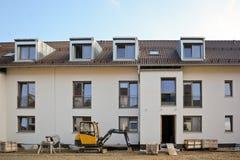 Construção residencial nova com facilidades exteriores - obras perto da conclusão Imagens de Stock Royalty Free