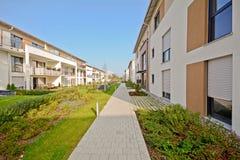 Construção residencial nova com passagem e facilidades exteriores fotografia de stock