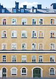 Construção residencial sueco do roughcast amarelo clássico Fotos de Stock Royalty Free