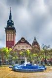 Construção retro da câmara municipal na cidade de Subotica e na fonte azul, Sérvia imagem de stock