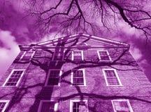 Construção roxa do condomínio foto de stock royalty free