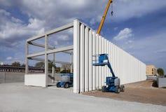 Construção sob a construção Colunas Guindastes Fotos de Stock
