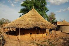 Construção tradicional da lama do telhado cobrido com sapê usada para o armazenamento dos onians fotografia de stock royalty free