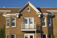 Construção tradicional do telhado da janela do tijolo da arquitetura da casa Imagens de Stock