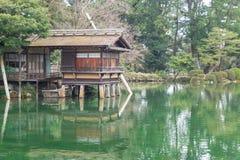 Construção tradicional japonesa da cabana no lago Imagens de Stock Royalty Free