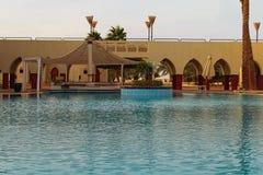 Construção tropical do recurso do hotel de luxo com barra da associação Paisagem cênico da manhã com piscina vazia fotos de stock royalty free