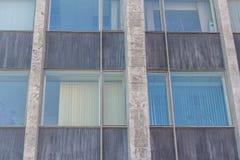 Construção urbana matizada das janelas Fotografia de Stock Royalty Free