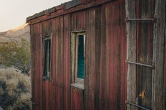 Construção velha, abandonada no Rhyolite, o Vale da Morte, Califórnia, EUA fotos de stock