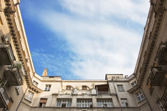 Construção velha bonita exterior com o céu no meio Fotografia de Stock Royalty Free