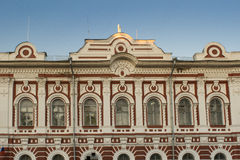 Construção velha com bas-relevos e moldes em Yaroslavl Fotos de Stock Royalty Free