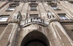 Construção velha com fachada arruinada Foto de Stock