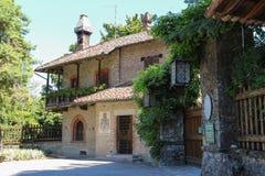 Construção velha com o balcão de madeira em Grazzano medieval Visconti, Imagens de Stock Royalty Free