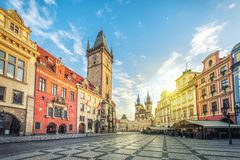 Construção velha da câmara municipal com a torre de pulso de disparo em Praga fotografia de stock