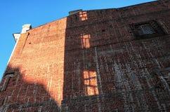 A construção velha da parede de tijolo vermelho em um dia ensolarado Fotografia de Stock Royalty Free