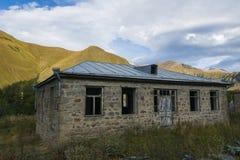 Construção velha destruída nas montanhas georgian Fotografia de Stock Royalty Free