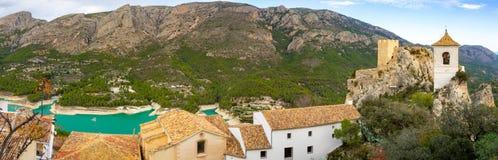 Construção velha do castelo no século XI na Espanha de Guadalest As montanhas e um lago são de trás imagens de stock royalty free