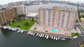 Construção velha do condomínio em Miami video estoque