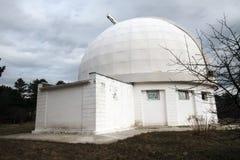 Construção velha do telescópio pequeno na Crimeia no outono Imagens de Stock