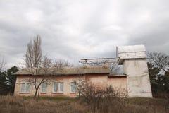 Construção velha do telescópio pequeno na Crimeia no outono Foto de Stock Royalty Free