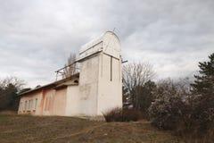 Construção velha do telescópio pequeno na Crimeia no outono Fotografia de Stock