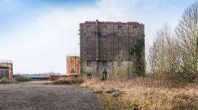 Construção velha e negligenciada da fábrica em uma área desolada Imagem de Stock Royalty Free
