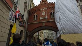 Construção velha, envelhecida no coração de Krakow, Polônia Com sinal da excursão foto de stock royalty free