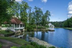 Construção velha na costa do lago Fotos de Stock
