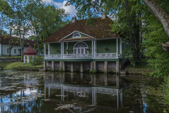 Construção velha na costa do lago Imagem de Stock