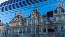 Construção velha na reflexão Lyon França imagem de stock