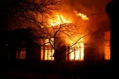 Construção velha no inferno flamejante completo Imagem de Stock