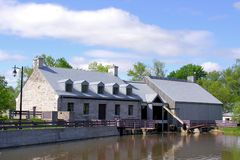 Construção velha para a represa na ilha dos moinhos em Canadá Foto de Stock