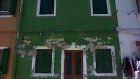 Construção verde abandonada com fachada gasto, arquitetura velha, problema da pobreza video estoque