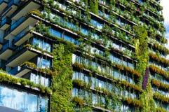 Construção verde do arranha-céus com as plantas na fachada Foto de Stock Royalty Free