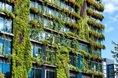 Construção verde do arranha-céus com as plantas na fachada Fotos de Stock