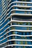 Construção verde do arranha-céus com formulários e as plantas orgânicos curvy GR Imagens de Stock