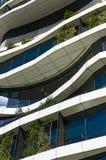 Construção verde do arranha-céus com formulários e as plantas orgânicos curvy GR Imagem de Stock Royalty Free