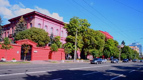 Construção vermelha de Taras Shevchenko National University de Kyiv aka KNU em Kiev, Ucrânia, video estoque