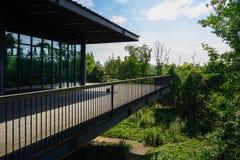 construção Vidro-murada na plataforma planked com trilhos de aço dentro imagem de stock