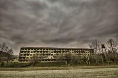 Construção viva militar abandonada em Gazakh Construção velha no norte de Azerbaijão fotos de stock royalty free