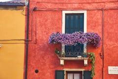 Construções acolhedores bonitas com os balcões em Soave, Itália fotografia de stock royalty free