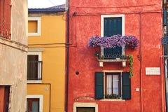 Construções acolhedores bonitas com os balcões em Soave, Itália fotos de stock