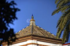 Construções agradáveis perto do parque de Maria Luisa em Sevilha fotografia de stock royalty free